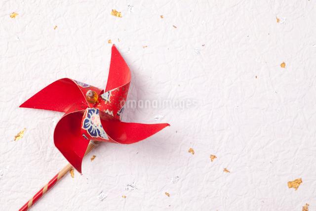 金箔の入った和紙と風車の写真素材 [FYI01328472]