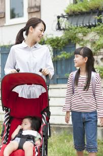 ベビーカーを押す母親と女の子の写真素材 [FYI01328508]