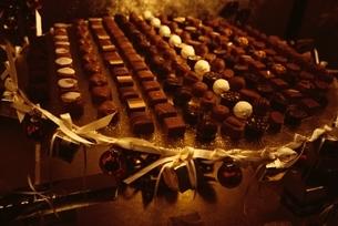 ディスプレイされたチョコレートの写真素材 [FYI01328579]