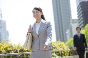 笑顔で歩くビジネスウーマンの写真素材 [FYI01328582]