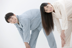 体操をする夫婦の写真素材 [FYI01328649]