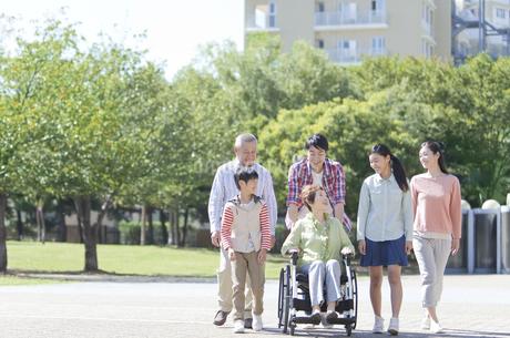 車いすに乗る老人と家族の写真素材 [FYI01328686]