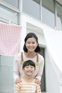 笑顔の親子の写真素材 [FYI01328701]
