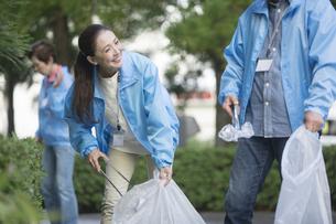 ゴミ拾いをするシニアグループの写真素材 [FYI01328728]