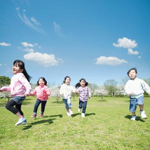 走る5人の子供達の写真素材 [FYI01328926]