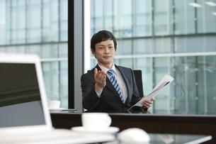 会議をするビジネスマンの写真素材 [FYI01328931]