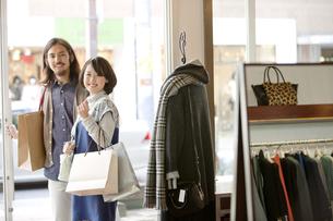 ショッピングをするカップルの写真素材 [FYI01329030]