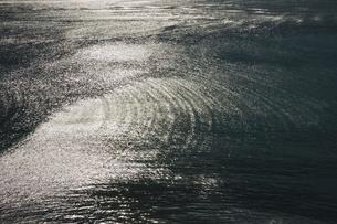 きらめく海面の反射の写真素材 [FYI01329094]