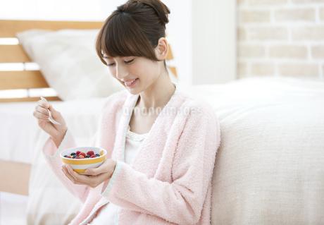 シリアルを食べる女性の写真素材 [FYI01329128]