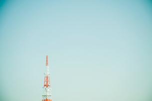 青空に電波塔の写真素材 [FYI01329309]