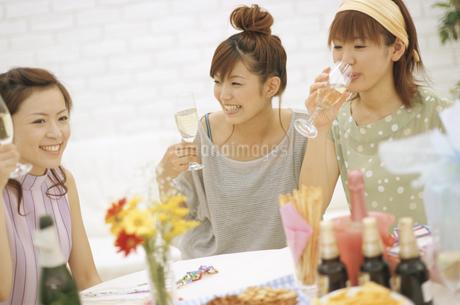 パーティーをする女性3人の写真素材 [FYI01329346]