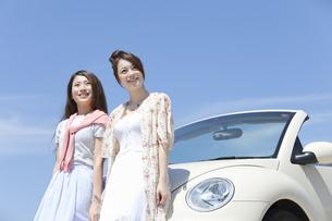 車にもたれる女性2人の写真素材 [FYI01329426]