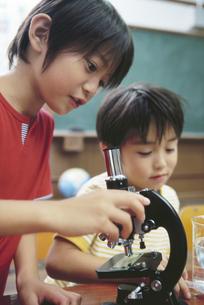 顕微鏡を持つ男の子の写真素材 [FYI01329453]
