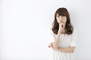 腕組みする女性の写真素材 [FYI01329458]