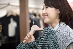 ショッピングをする女性の写真素材 [FYI01329597]