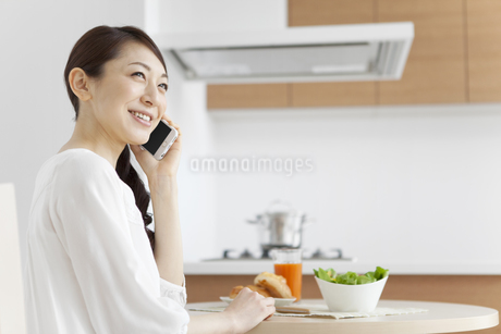 スマートフォンで通話する女性の写真素材 [FYI01329600]