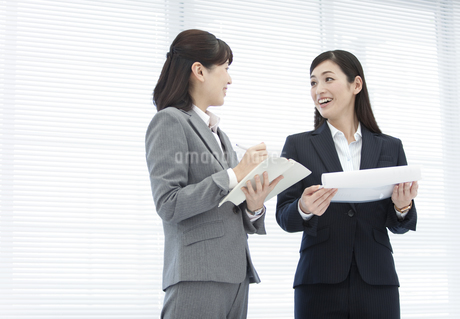 打ち合わせするビジネスウーマン2人の写真素材 [FYI01329642]