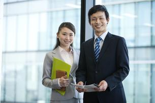 笑顔のビジネスマンとビジネスウーマンの写真素材 [FYI01329729]