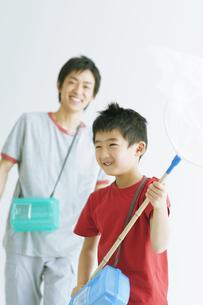 虫取りをしている親子のイメージの写真素材 [FYI01329883]