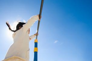 鉄棒する女の子の写真素材 [FYI01329973]