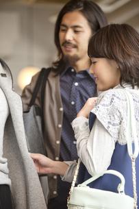 ショッピングをするカップルの写真素材 [FYI01329989]