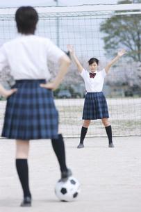 サッカーをする女子校生2人の写真素材 [FYI01330050]