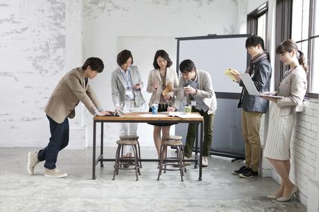 打合せをするビジネス男女6人の写真素材 [FYI01330192]