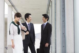 ビジネス男女3人の写真素材 [FYI01330197]