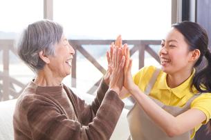 介護士さんとレクリエーションを楽しむおばあちゃんの写真素材 [FYI01330229]