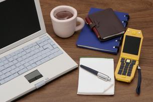 オフィスの机の上のイメージクラフトの写真素材 [FYI01330309]