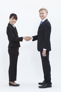 握手する外国人男性とビジネスウーマンの写真素材 [FYI01330358]