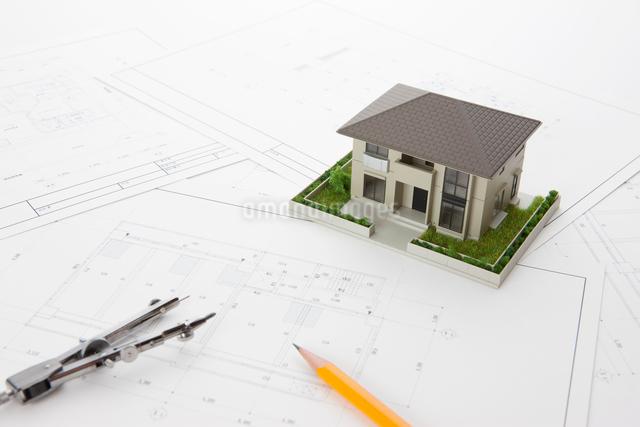 住宅模型と設計図の写真素材 [FYI01330573]