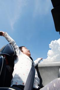 オープンカーに乗る女の子の写真素材 [FYI01330728]