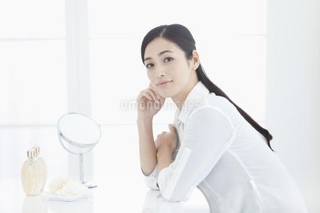 ほおづえをつく女性の写真素材 [FYI01330940]