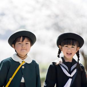 桜並木と2人の幼稚園児の写真素材 [FYI01331006]