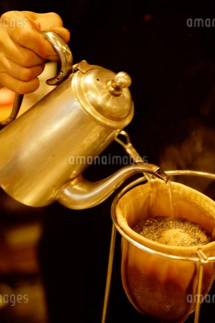 ドリップコーヒーを入れる手の写真素材 [FYI01331448]