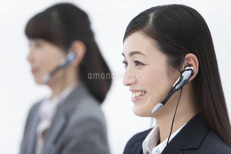 インカムで通話するビジネスウーマン2人の写真素材 [FYI01331699]