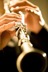 クラリネットを演奏する手元の写真素材 [FYI01331772]