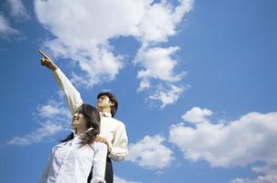 空を見上げるビジネスウーマンとビジネスマンの写真素材 [FYI01331797]