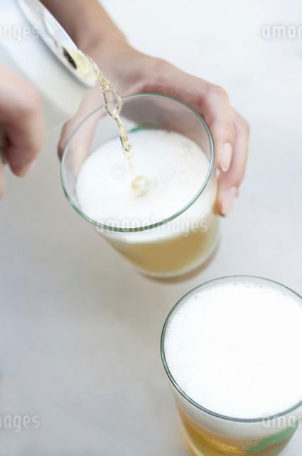 ビールを注ぐ手の写真素材 [FYI01331821]
