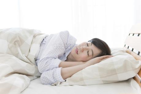 ベッドで眠る中高年女性の写真素材 [FYI01331850]