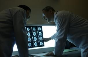 レントゲン写真を確認する日本人男性医師の写真素材 [FYI01332085]