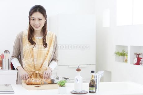 パンを切る女性の写真素材 [FYI01332153]