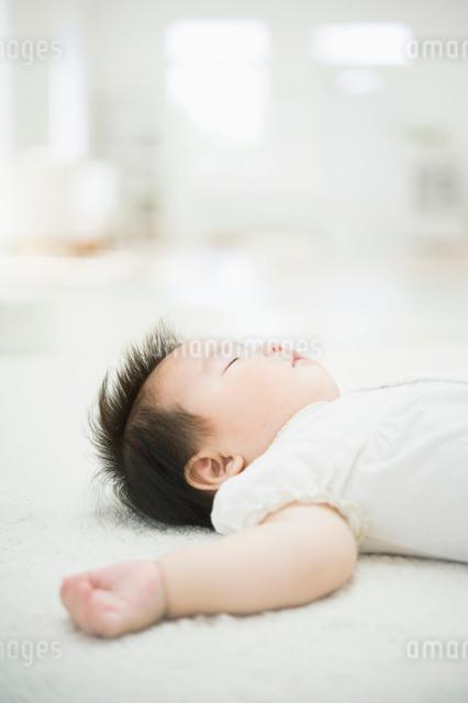 眠る赤ちゃんの写真素材 [FYI01332221]