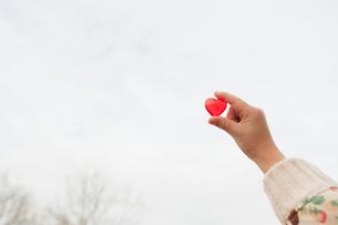 ハートを持つ子供の手の写真素材 [FYI01332418]