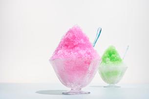 赤色のシロップと緑色のシロップがかかったカキ氷の写真素材 [FYI01332465]