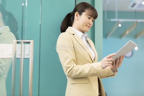 タブレットPCを持つビジネスウーマンの写真素材 [FYI01332473]