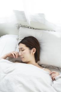 眠っている女性の写真素材 [FYI01332661]