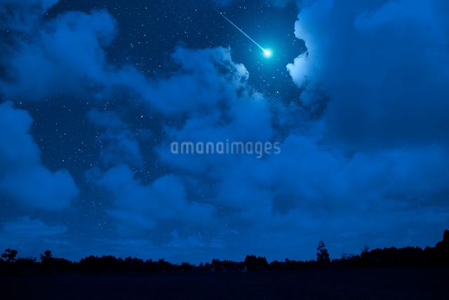 星空と雲と流れ星の写真素材 [FYI01332738]