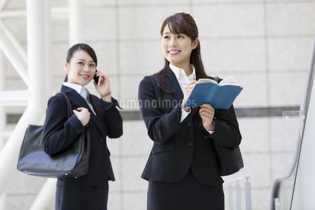 2人のビジネスウーマンの写真素材 [FYI01332748]